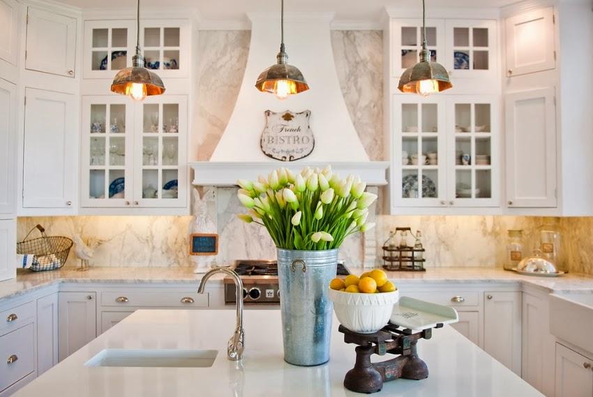 Piękna, biała kuchnia z wyspą, wystrój wnętrz, wnętrza, urządzanie domu, dekoracje wnętrz, aranżacja wnętrz, inspiracje wnętrz,interior design , dom i wnętrze, aranżacja mieszkania, modne wnętrza, kuchnia, kitchen, wyspa kuchenna, klasyczna kuchnia, elegancka kuchnia, biała kuchnia, projekt kuchni, aranżacja kuchni, białe szafki, blaty z białego marmuru