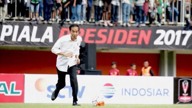 Presiden Jokowi Lemparkan Bola ke Arah Kerumunan Penonton dan Inilah yang Terjadi