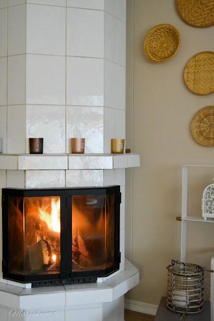 olohuone vaalea sisustus olohuoneen sisustus lämmin tunnelma talvi takka kynttilät viherkasvit