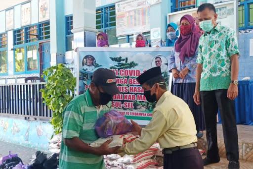 SDN 103 Hasanuddin Bagi Sembako ke Warga Tidak Mampu