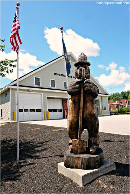Smokey frente a la Estación de Bomberos de Hopkinton, new Hampshire