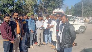 सचिव द्वारा पत्रकार से अभद्र व्यवहार व जान से मारने की धमकी के खिलाफ़ पत्रकारों ने सौपा ज्ञापन
