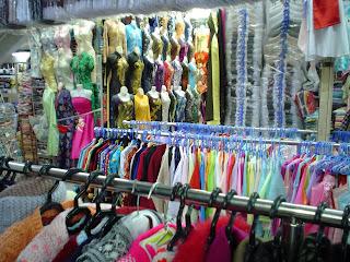 Negozi di abbigliamento nei mercati di Vietnam