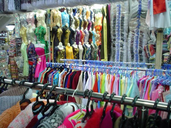 Tiendas de ropa en los mercadillos de Vietnam