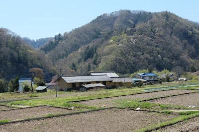 工芸と喫茶ひとつ石の裏の棚田や里山の風景 ひとつ石の土蔵