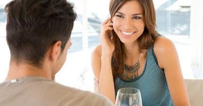 6 Sikap Pria yang Membuat Wanita Penasaran