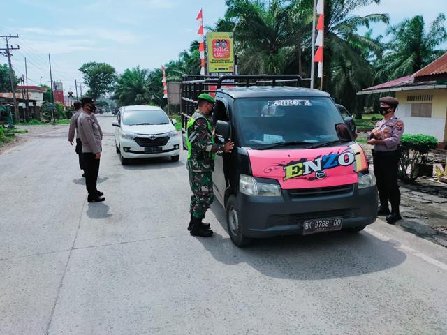 Tepatnya Di Jalan Asahan Personel Jajaran kodim 0207/Simalungun Laksanakan Posko Pengedalian PPKM Level 4