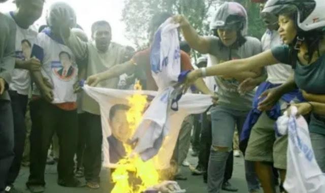Kaos Bergambar SBY dibakar