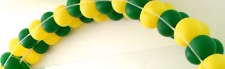 Mehrfarbiger Ballonbogen mit Schablonengestell um Ballondekorationen selber zu machen..
