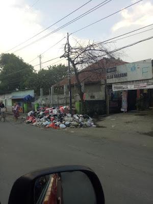 Sampah Berserakan Dibiarkan Dipinggir Jalan