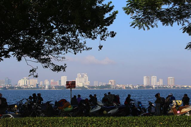 The first clear morning of winter by the largest natural lake in Hanoi