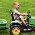 Criança de 2 anos que estava desaparecida é encontrada dirigindo mini-trator em direção a festival