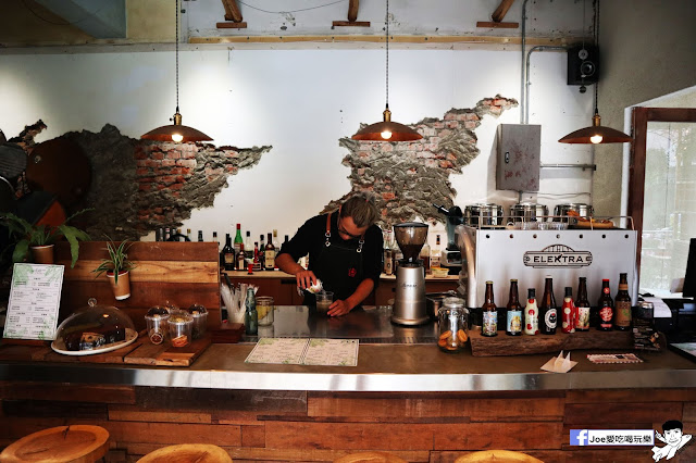 IMG 4759 - 【新竹美食】弄點咖啡COFFEE BAR -位於大遠百巷弄間的老屋咖啡廳,來這裡可以享受都市間的寧靜,甜點、飲品擺盤做工都非常的講究,價格也相當親民!