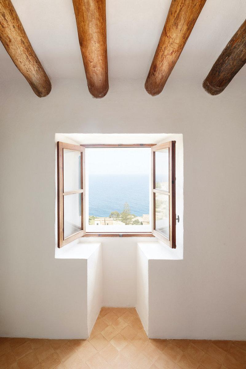 Pequeña ventana con vistas al mar
