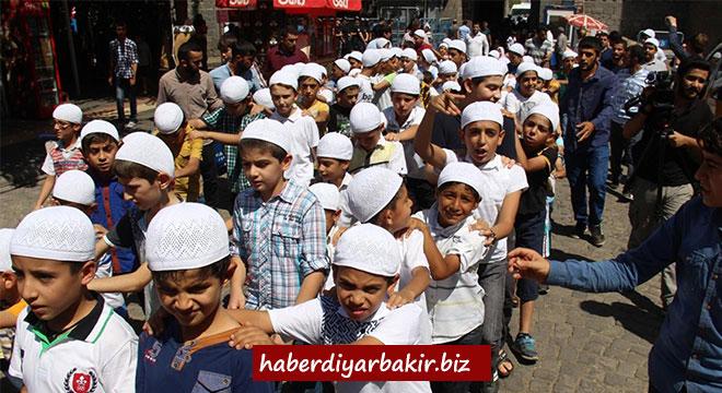 Diyarbakır'da çocuklar namaz için yürüdü