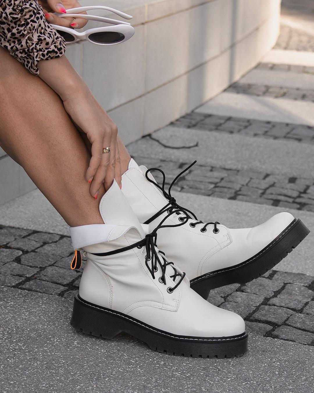 blog modowy blogerka modowa karyn puławy traperki białe ccc jenny fairy panterkowa sukienka femme luxe białe okulary przeciwsłoneczne jesienny look stylizacja spinki z perełkami białe buty