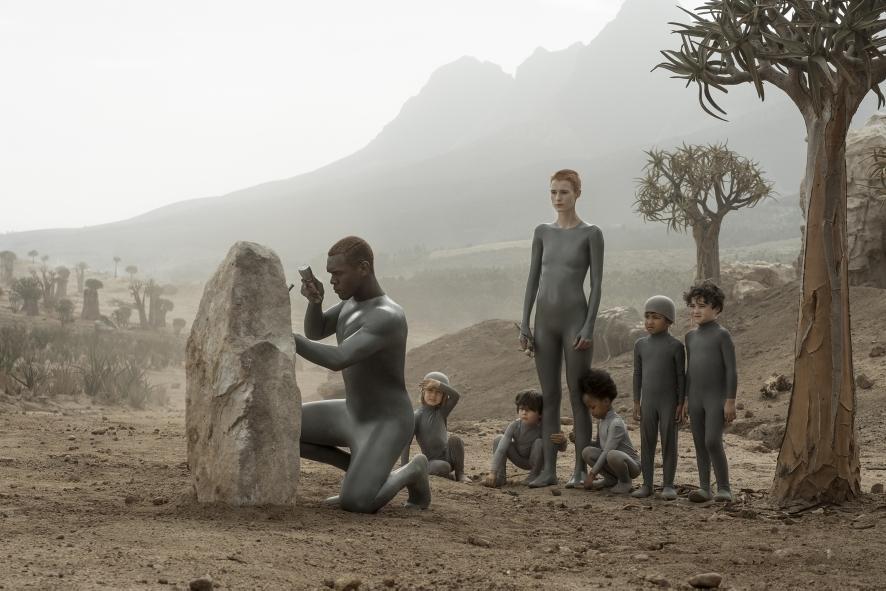 Amanda Collin y Abubakar Salim en una escena de 'Raised by wolves', serie de HBO Max y TNT España