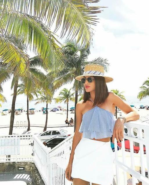 Se você gosta de tirar fotos tumblr na praia você vai amar essas opções de looks que vão te deixar incrível e super fashion para arrasar e deixar as suas fotos maravilhosas. Você pode escolher roupas mais soltas e leves. Os biquinis podem ser de uma única cor ou estampadas, além de deixar você na moda, vai ficar ainda mais linda e estilosa.