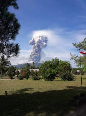 Gunung Soputan di Kabupaten Minahasa Tenggara Meletus