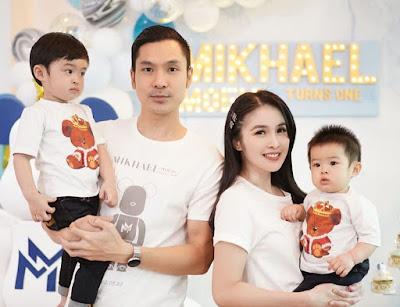 Sandra Dewi bersama suami dan kedua anak