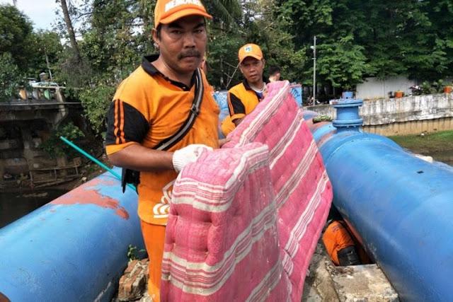 3 Cara Membersihkan Kasur Bekas Banjir Menurut Jenis Kasurnya, Cek ya