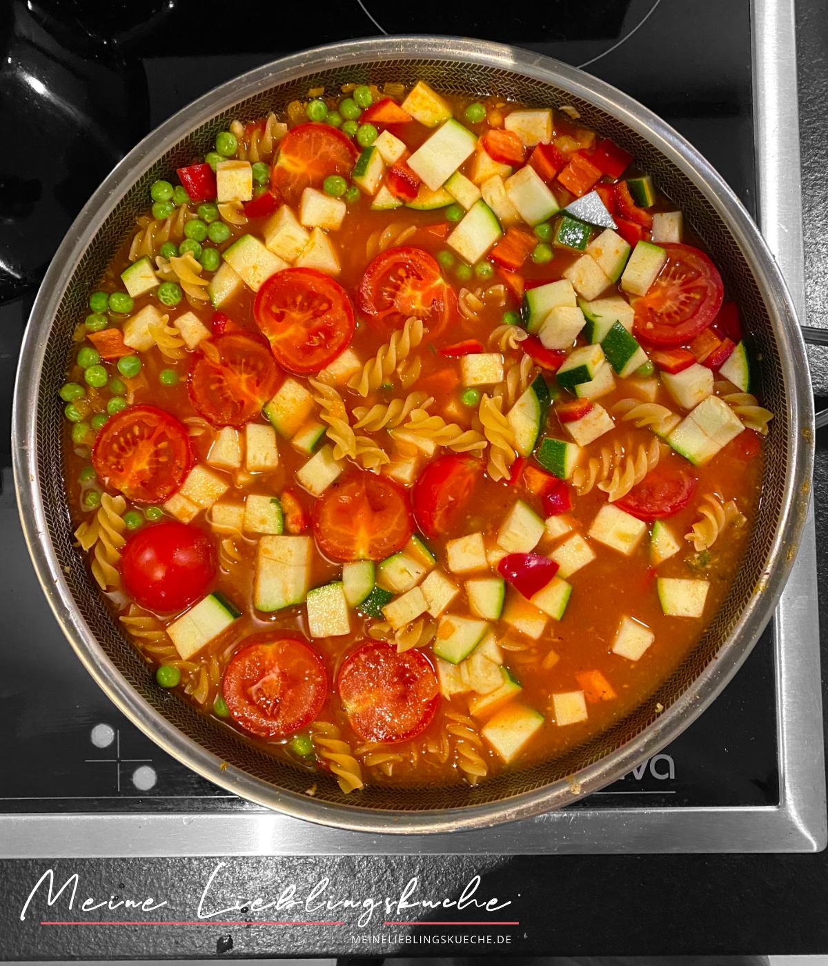 vegane Curry-Pasta mit Erbsen und Zucchini