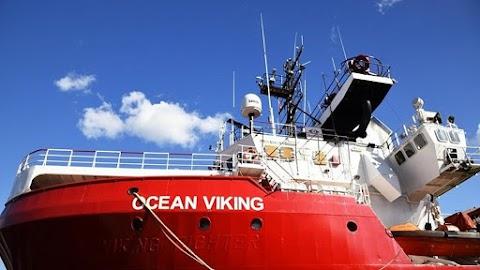 """Ötszáz """"migránst"""" hozna Európába két NGO-hajó"""