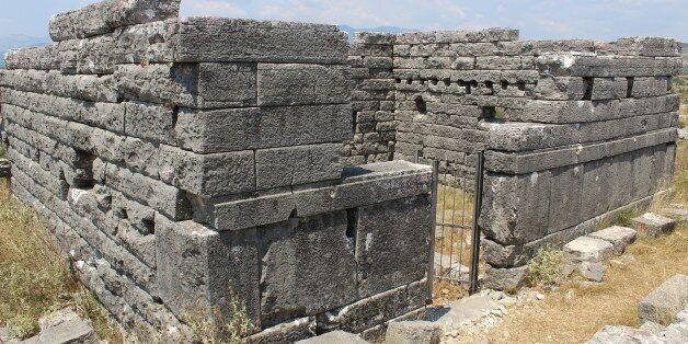 Η άγνωστη πέτρινη πόλη της Ηπείρου όπου διασώζονται τα καλύτερα διατηρημένα σπίτια της ελληνικής αρχαιότητας
