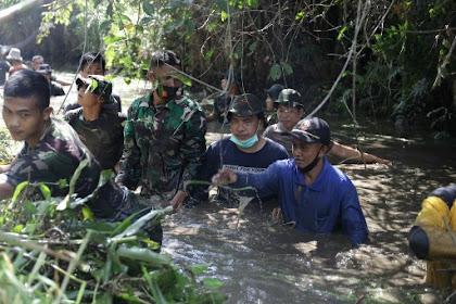 Bersihkan Sampah yang Menyumbat, Ketua DPRD Inhil Masuk ke Dalam Parit