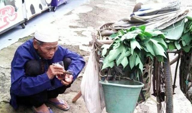 Kisah Mengharukan Kakek Penjual Daun Kangkung dan Pepaya