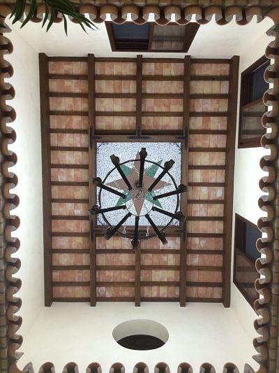 ladrillo de barro cocido colocado en el techo por tablas