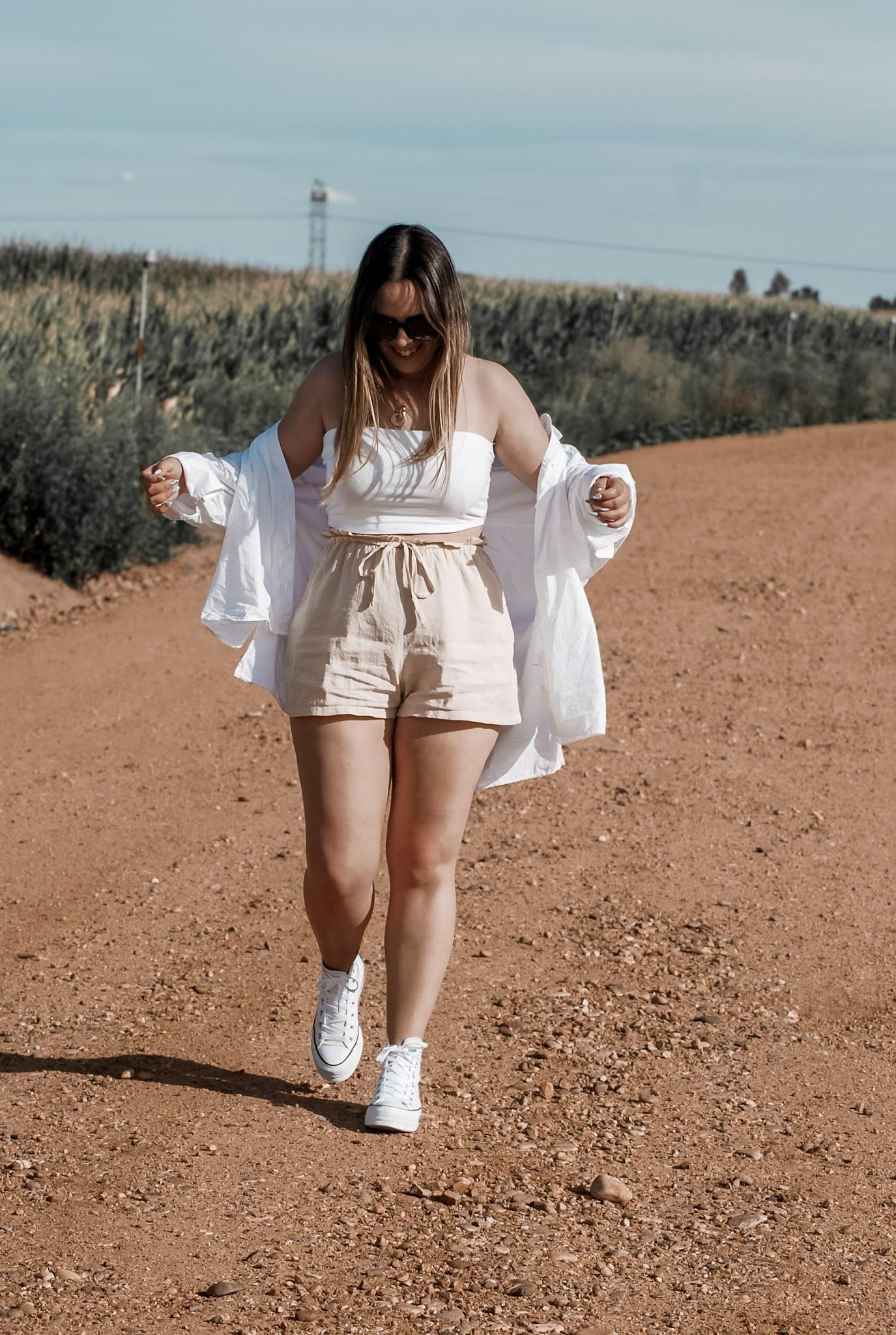 Outfit con crop top y shorts