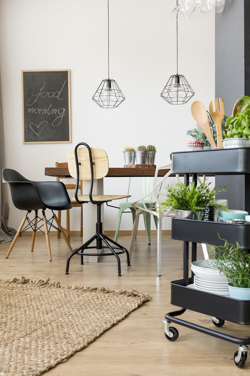 Tendencias en interiorismo 2021, salón de estilo nórdico con alfombra de fibras naturales.
