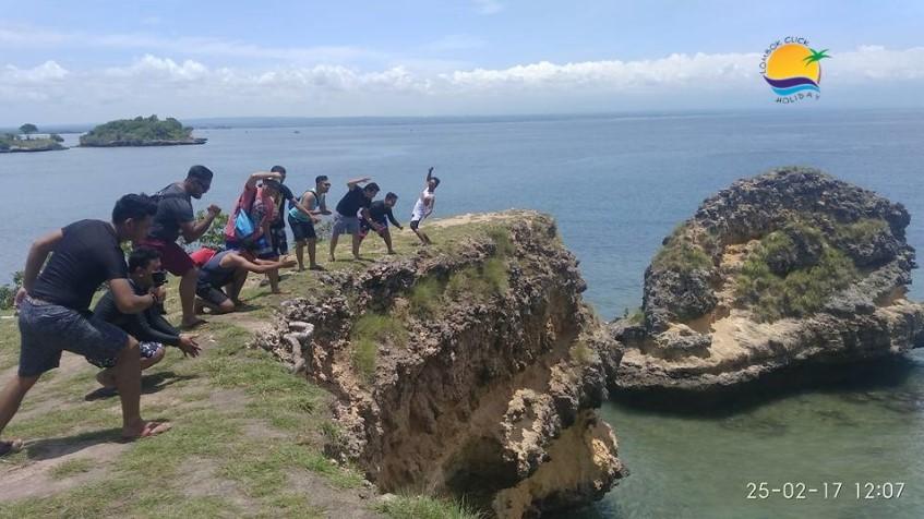 Mengunjungi Objek Wisata Pantai Pink