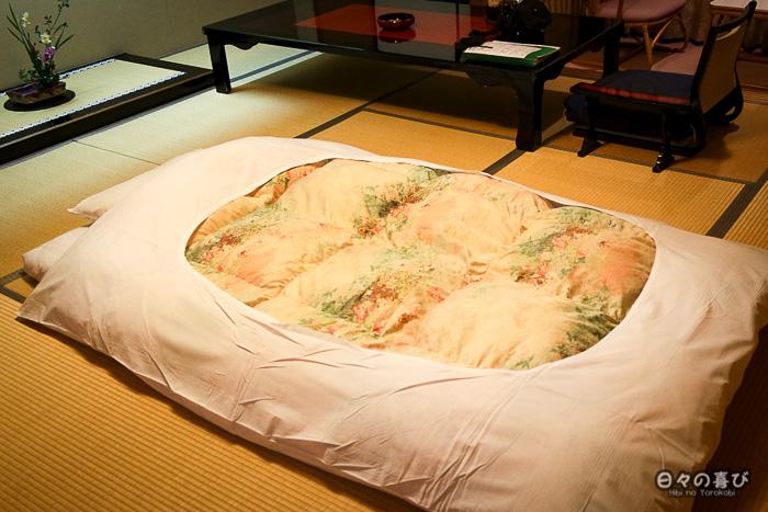 vue sur le futon dans la chambre japonaise