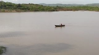Agricultor 'passeia' de canoa em reservatório no município de Frei Martinho; veja vídeo