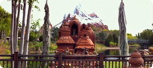 Disney´s Animal Kingdom decoração e detalhes ao fundo expedition everest montanha-russa