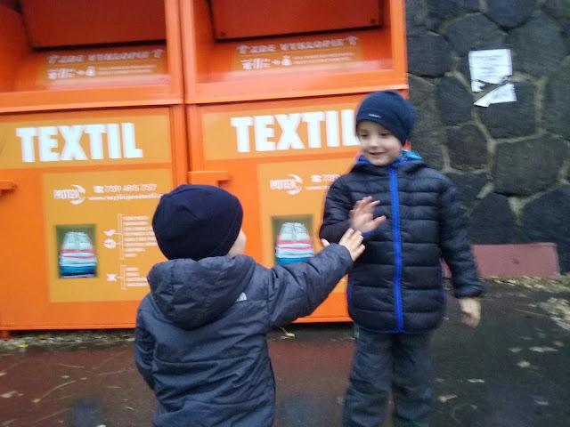 Děti darují hračky