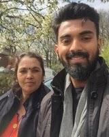 के.एल. राहुल अपनी माँ के साथ
