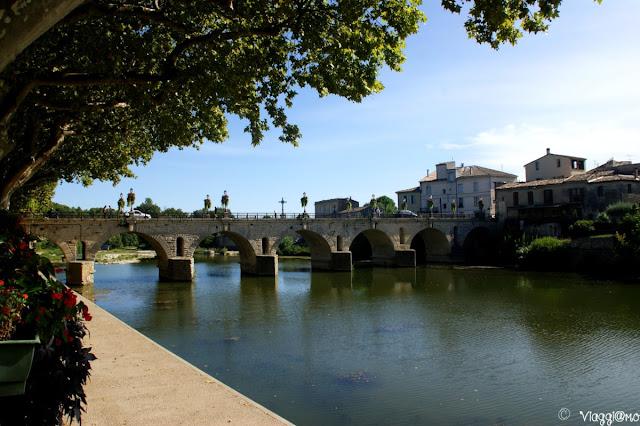 Il bel ponte di accesso al centro storico di Sommieres