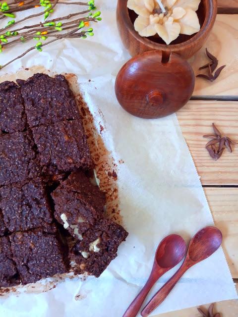 Brownie de calabacín y chocolate especiado. Receta vegana. Desayuno, merienda, postre. Sencillo. De temporada. Rico. Con horno. Cuca.