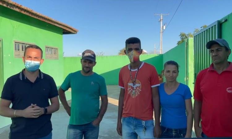 Prefeito de Ituaçu visita comunidade e da ordem de serviço para reforma de Escola