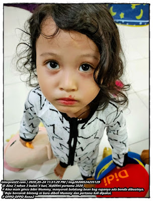 gambar Aina menggayakan gincu bibir Mummy yang dipakinya.