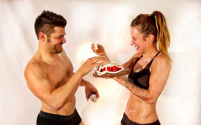 Diego y María de 1000FITMEALS jugando con nata de montar y fresas