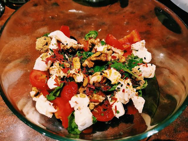 Sałatka z serem pleśniowym chilli i orzechami włoskimi