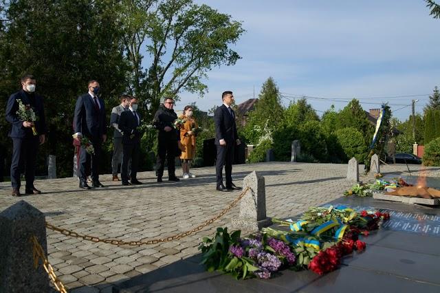 Володимир Зеленський ушанував пам'ять загиблих воїнів, які визволяли Україну від нацистських окупантів