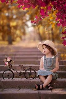 اجدد صور بنات صغيرة بجوار ورود زهور رائعة