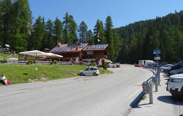 Talstation Rio Gere auf der Großen Dolomitenstraße, Autos auf Parkplatz, Gasthaus, Wald