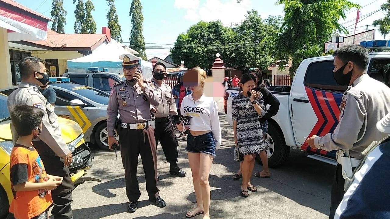 Terjadi kecelakaan lalu lintas yang melibatkan 1 (Satu) Unit Mobil Toyota Agya DP 1172 BH  warna kuning dititip di Polres Sidrap.