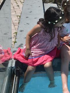 κοριτσάκι με λουλουδένιο στεφανάκι σε δεξίωση βάπτισης
